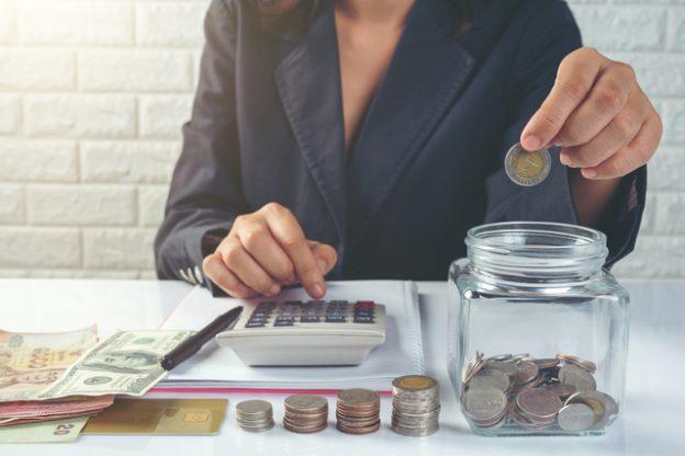 mulher com moedas representando como calcular 2 parcela do decimo terceiro